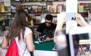 El youtuber Auronplay firma libros en la Feria del Libro